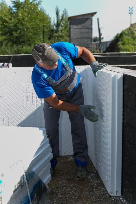 Izolowanie ścian piwnic styropianem z wyprofilowanymi rowkami drenażowymi, które ułatwiają schnięcie powierzchni płyt