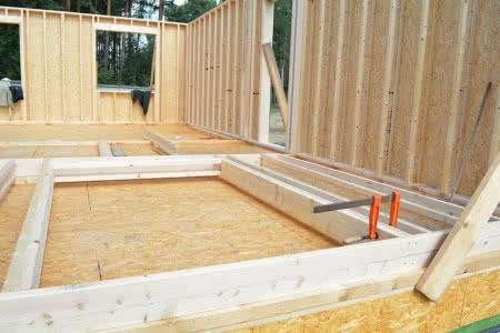 Konstrukcja domu szkieletowego z dwuteowych belek z materiałów drewnopochodnych