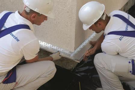 Ocieplenie ścian styropianem - krok 1) Montaż listwy startowej