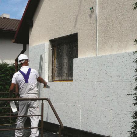 Ocieplenie ścian styropianem - krok 3) Przyklejanie płyt do ścian