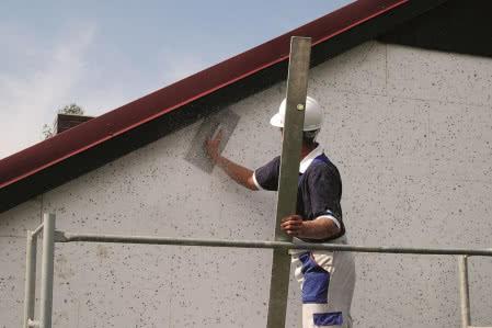 Ocieplenie ścian styropianem - krok 6) Szlifowanie powierzchni płyt pacą z grubym papierem ściernym