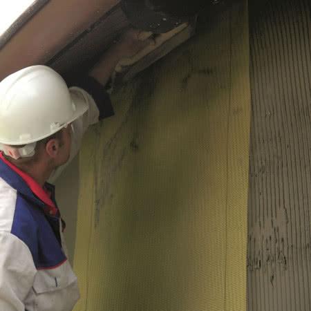Ocieplenie ścian styropianem - krok 8) Wykonanie warstwy zbrojonej z siatki z włókna szklanego zatopionej w kleju