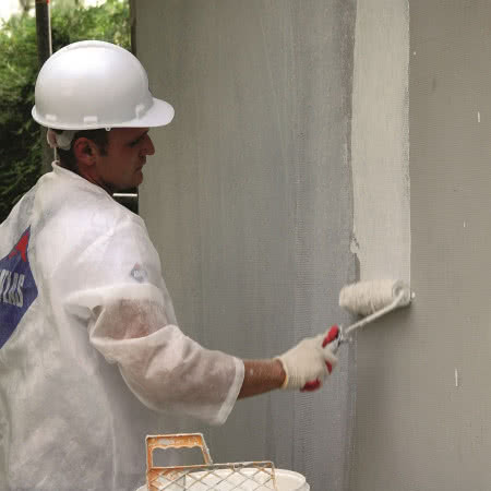 Ocieplenie ścian styropianem - krok 9) Gruntowanie podłoża