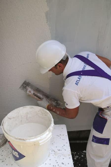 Ocieplenie ścian styropianem - krok 10) Nakładanie tynku cienkowarstwowego