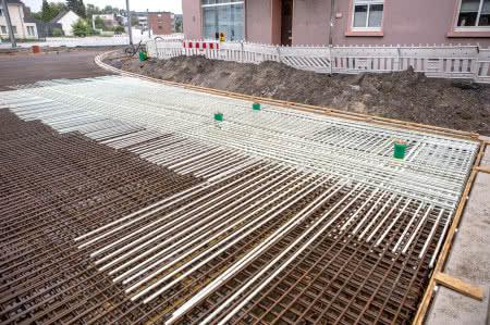 Aby nie wpływać na obwody blokady wyłączników tramwaju, jako zbrojenie w tym obszarze stosuje się pręty z włókna szklanego Combar, ponieważ nie przewodzą prądu.