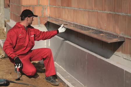Ocieplenie ścian wełną mineralną - krok 1) Montaż listwy cokołowej