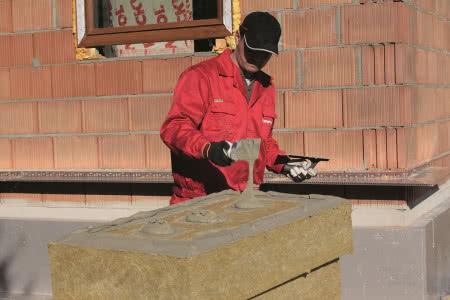 Ocieplenie ścian wełną mineralną - krok 2) Nakładanie zaprawy klejącej