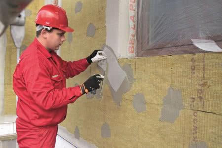 Ocieplenie ścian wełną mineralną - krok 6) Zatapianie siatki na naroża okienne