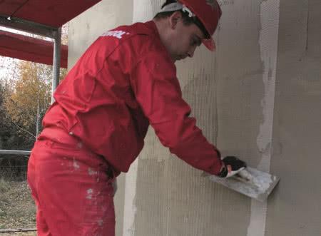 Ocieplenie ścian wełną mineralną - krok 8) Zatapianie siatki