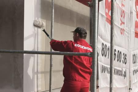 Ocieplenie ścian wełną mineralną - krok 9) Gruntowanie powierzchni