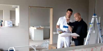 Jeśli pod płytami mają przebiegać instalacje, to profile odsuwa się od ściany na uchwytach elastycznych, albo wykorzystuje wycięcia w profilach słupkowych. W łazience za taką ścianką można ukryć również stelaż do zamocowania sedesu podwieszanego czy umywalki