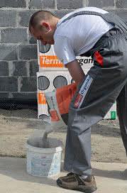 Podczas przygotowywania kleju, bardzo ważne jest przestrzeganie zaleceń producenta określających ilość dodawanej wody, dokładne wymieszanie jej z suchą mieszanką klejową oraz szybkie naniesienie na płyty izolacyjne