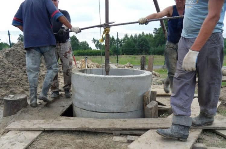 Вырытый колодец из бетонных колец.