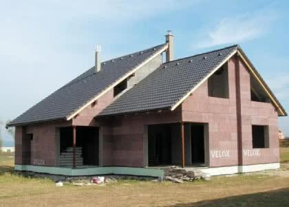 Budynek wzniesiony w deskowaniu z elementów zrębkowo-cementowych