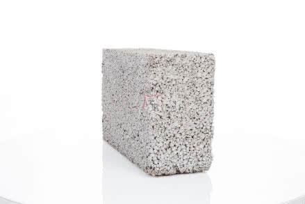 Bloczek przeznaczony do wykonywania ścian fundamentowych i piwnicznych