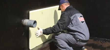 Klejenie płyt XPS lub EPS do ściany fundamentowej na dyspersyjny lepik asfaltowy IZOHAN IZOBUD WK, fot. IZOHAN