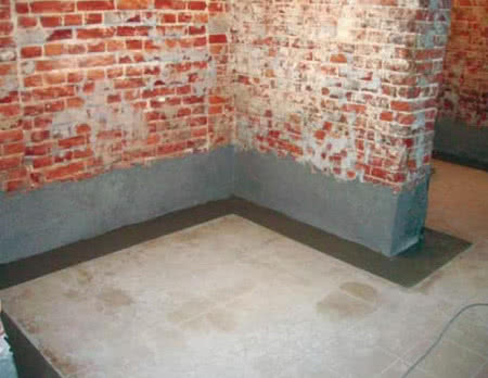 Wykonanie hydorizolacji ścian piwnic od środka, fot. Izohan