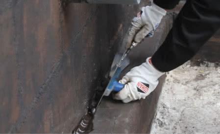 Wykonanie fasety uszczelniającej na styku ściany i ławy fundamentowej za pomocą izolacji grubowarstwowej  IZOHAN WM 2K, fot. Izohan