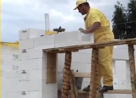 Wznoszenie ścian i układanie nadproża z betonu komórkowego w systemie Ytong, fot. Xella