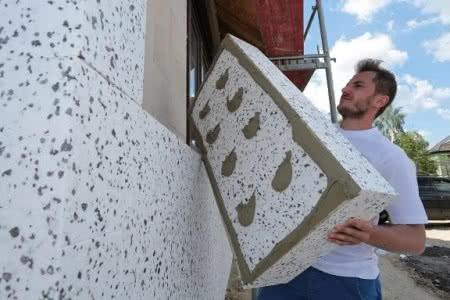 Ocieplenie ścian nośnych kilkunastocentymetrową warstwą styropianu w celu z zwiększenia ciepłochronności przegrody, fot. Termo Organika